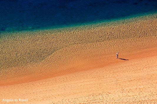 Fotografie: Solitary Beach, Mann am leeren Strand aus der Vogelperspektive, Playa de las Teresitas, Teneriffa | Angela to Roxel