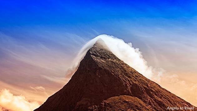 Berg, Toblerone Mountain, Gipfel von Wolke umhüllt, Fredvang, Insel Moskenesøya, Flakstad,  Lofoten, Nordland, Norwegen