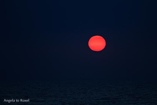 Kunstfotografie kaufen: Rote Sonne über dunklem Meer, Dunkelheit, Sonnenuntergang auf Sylt, low key, Wenningstedt | Ihr Kontakt: Angela to Roxel