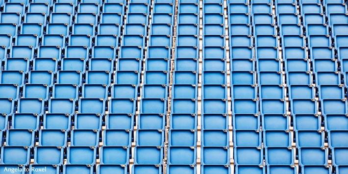 Fotografie: Reihen mit leeren blauen Sitzen, Tribüne auf der Edinburgh Castle Esplanade, Military Tattoo, Edinburgh, Schottland, Vereinigtes Königreich