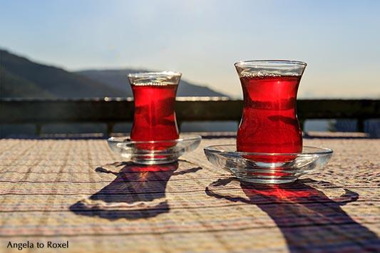 Zwei Gläser Tee auf einem Tisch, Istanbul, Türkei
