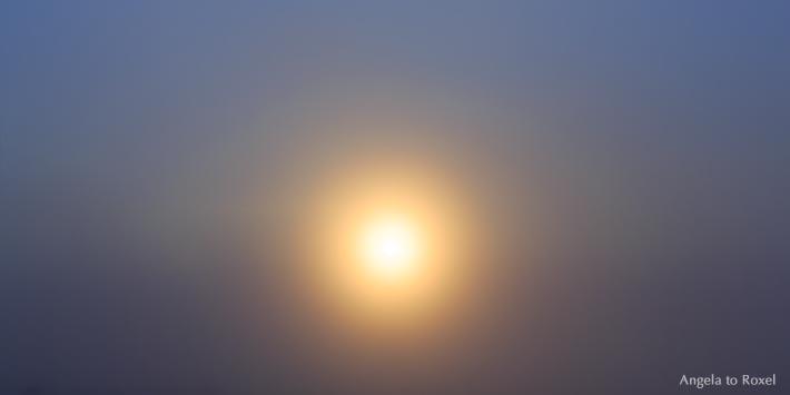 Fotografie: Mitternachtssonne dringt durch den Nebel am Nordkap, im Zentrum die Sonne, Norwegen 2014 - Bildlizenz, Stockfoto