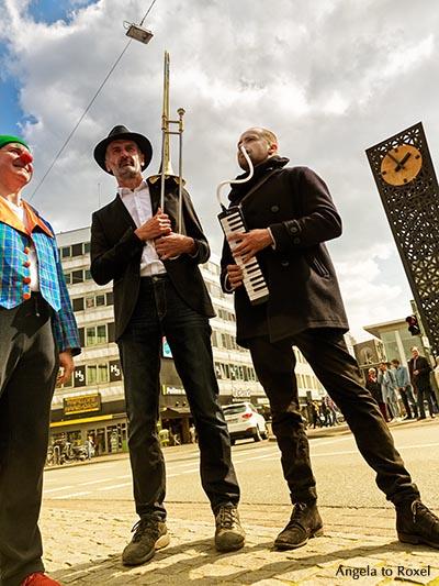 Zwei Musiker und ein Clown am Jahnplatz, Froschperspektive - Bielefeld 2016