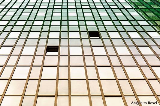 Fotografie: Glasfassade eines Verwaltungsgebäudes mit zwei geöffneten Fenstern, Symbol für Offenheit, Farbfilter, Blick von unten - Essen 2013