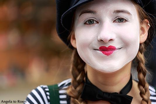 Fotografie: She Clown, Portrait einer Frau, die als Clown verkleidet ist. Ihr Mund ist herzförmig geschminkt, close-up, Bielefeld spontan, April 2016