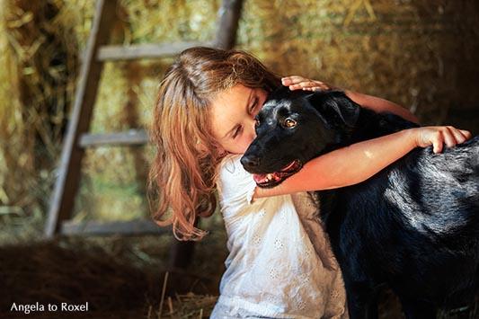 Fotografie: Vertrauen, Kind und Hund, Kind umarmt einen Hund, Nähe und Vertrauen, Haustier | Tierbilder - Ihr Kontakt: Angela to Roxel