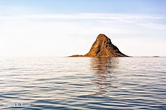 Die kegelförmige Vogelinsel Bleik, Bleiksøya, ragt aus dem Meer - Andøya, Vesterålen, Norwegen 2014
