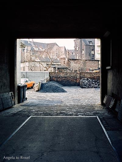 Architektur Bilder kaufen: Hinterhof mit Kohlehaufen im Ruhrgebiet, analog, Gelsenkirchen-Horst 1980 - Kontaktieren Sie mich für eine Bildlizenz
