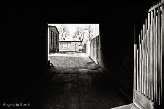 Architektur Bilder kaufen: Hinterhof im Ruhrgebiet, analog, schwarzweiß, Gelsenkirchen-Horst 1980 - Kontaktieren Sie mich für eine Bildlizenz