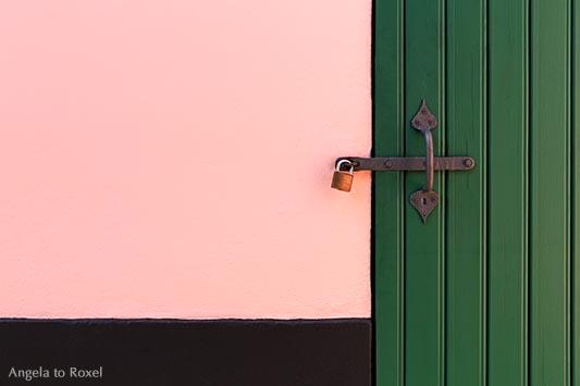 Bahnhof Worpswede, Vorhängeschloss an einer grünen Tür, rosa gestrichene Wand, Detail der Fassade in Pink und Grün - Worpswede 2015