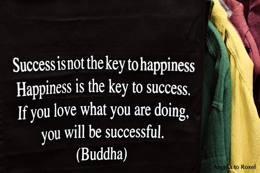 Fotografien kaufen: White on black - Aufdruck auf einem Shirt: Success is not the key to happiness. Happiness is ... | Ihr Kontakt: Angela to Roxel