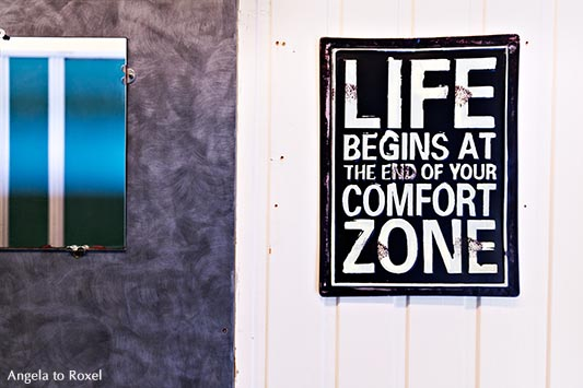 Schild neben einem Spiegel in einem Waschraum, Life begins at the end of your comfort zone, Norwegen | Kontakt: Angela to Roxel