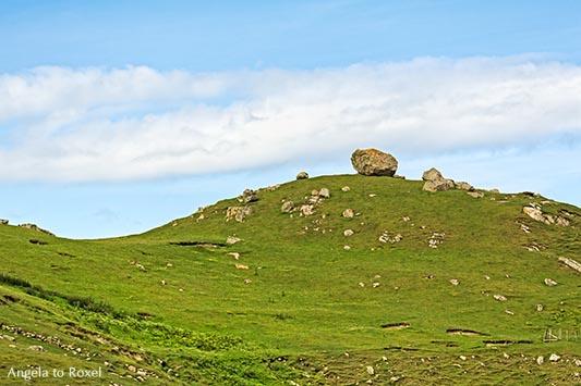 Landschaftsbilder kaufen: Karge Landschaft in Sutherland, Felsbrocken auf einem Hügel in den Highlands von Schottland | Ihr Kontakt: Angela to Roxel