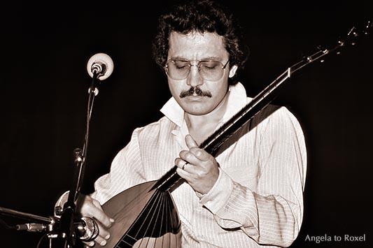 Zülfü Livaneli spielt auf der Saz, Bühnenporträt,  analog, monochrom - Recklinghausen 1981