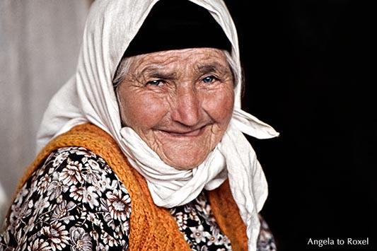 Fotografie: Großmutter in der Türkei, alte Frau mit einem Kopftuch lächelt in die Kamera, Porträt, analog, Anatolien, Türkei 1981 | Angela to Roxel