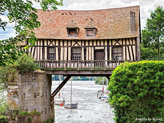 Brückenbogen, auf dem sich ein Fachwerkhaus befindet, das einst als Zollhaus diente - Frankreich