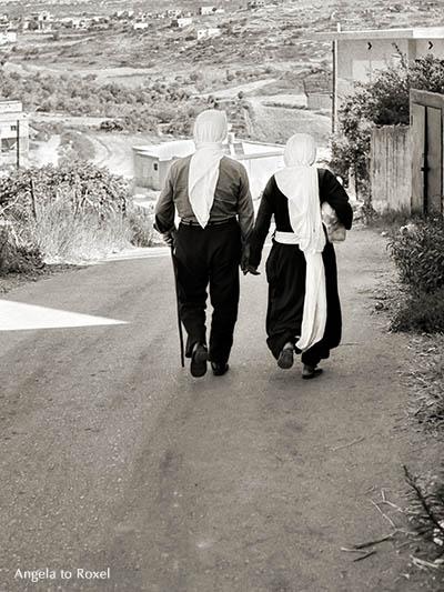 Fotografie: Druzean couple in Golan Heights 1980, drusisches Paar, Golan Höhen, Hand in Hand, von hinten, monochrom, analog, Angela to Roxel