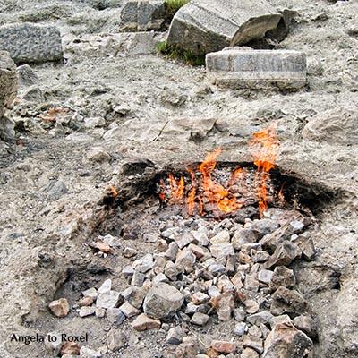 Naturphänomen Yanartaş - Brennendes, ewiges Feuer, Flammen treten durch Verbrennung von Gasen aus dem Berg Chimaera in Çıralı, Türkei 2010