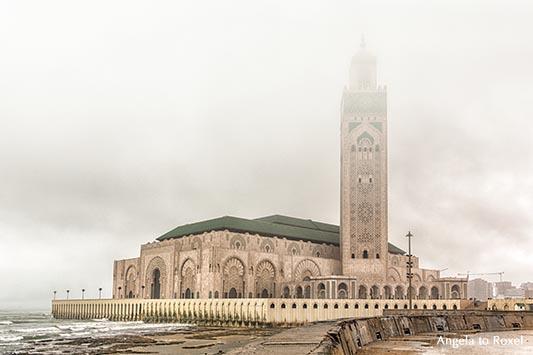 Die Moschee Hassan II an einem regnerischen Morgen, Alltag in Casablanca - Marokko