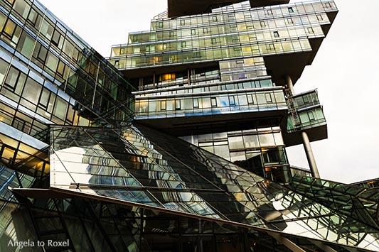 Verwaltungsgebäude der NordLB, Büroturm mit Ecken und Kanten, Ansicht von unten mit Reflexionen, moderne Architektur, Detail - Hannover 2013