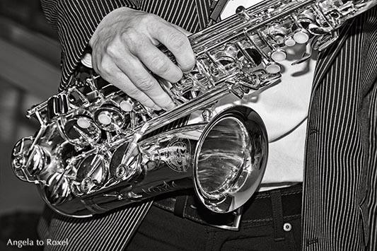 Fotografie: Saxophone man, black and white, Mann spielt auf dem Saxofon, close-up, Detail, schwarzweiß | Ihr Kontakt: Angela to Roxel