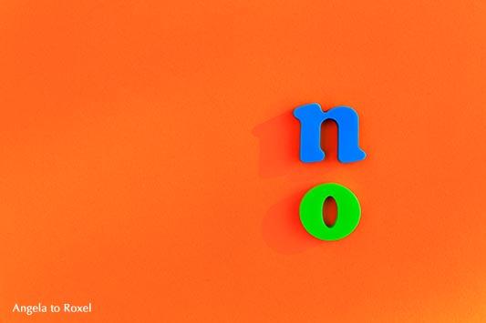 Fotografie: Simon says / Simon sagt - Illustration zum gleichnamigen Spiel, das Wort no, die Buchstaben n und o auf orangefarbenem Untergrund