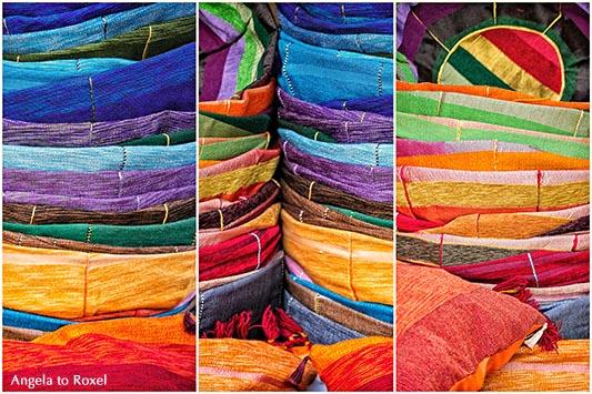Markt in Marokko, Farben und Vielfalt - Kissenbezüge in verschiedenen Farben auf einem Markt in Essaouira, Marokko, Composing - Kunstfotografie kaufen