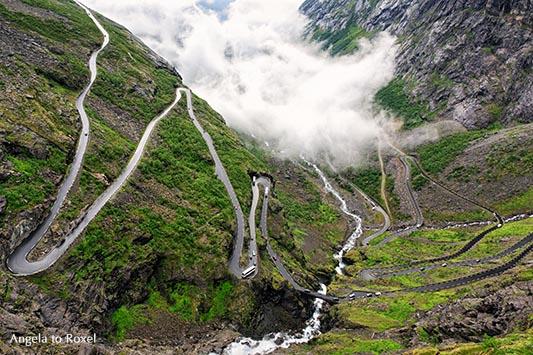 Der Trollstigen mit Blick in das Isterdal, bei Åndalsnes, More og Romsdal, Norwegen