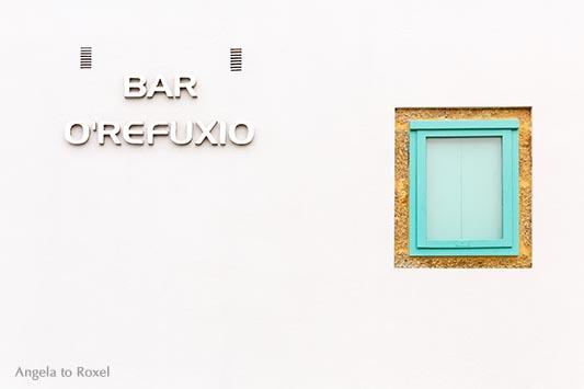 Weiße Fassade der Bar O Refuxio am Ende des Camino Fisterra, geschlossenes Fenster, Finisterre, A Coruña - Galicien 2016