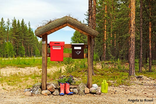 Briefkästen überdacht, Blumen in Gummistiefeln, Ivalo, Lappland, Finnland