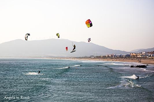 """Fotografie: Kitesurfer bei Ostwind am Strand von Tarifa, eine der """"Welthauptstädte"""" für Wind- und Kite-Surfer, Abendstimmung - Cádiz, Andalusien 2016"""