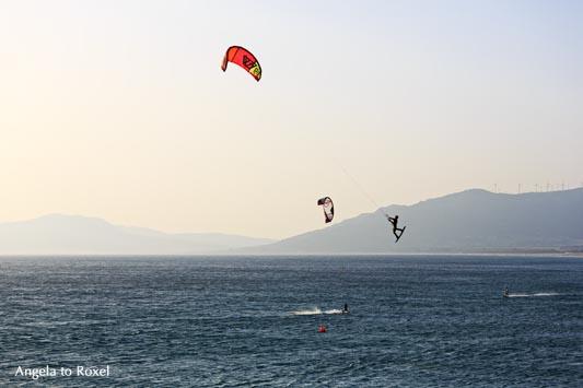 Kitesurfer springt bei Ostwind am Strand von Tarifa, einer der Welthauptstädte für Wind- und Kite-Surfer, Abendstimmung - Cádiz, Andalusien 2016- Cádiz, Andalusien im August 2016