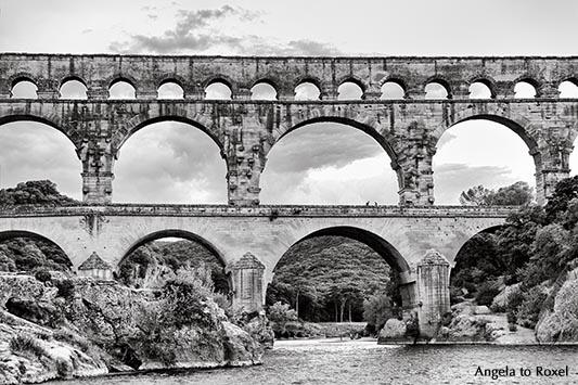 Pont du Gard, Aquäduktbrücke über den Gardon, schwarzweiß, Languedoc-Roussillon, Sehenswürdigkeit in Südfrankreich 2016