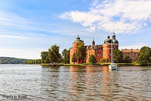 Architekturbilder kaufen: Schloss Gripsholm am Mälarsee, Segelboot vor Anker, Mariefred, bei Stockholm, Schweden | Ihr Kontakt: Angela to Roxel