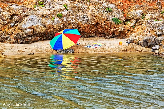 Sonnenschirm an einem kleinen Strand des Flusses Seixe, Praia de Odeceixe, Algarve, Portugal 2016