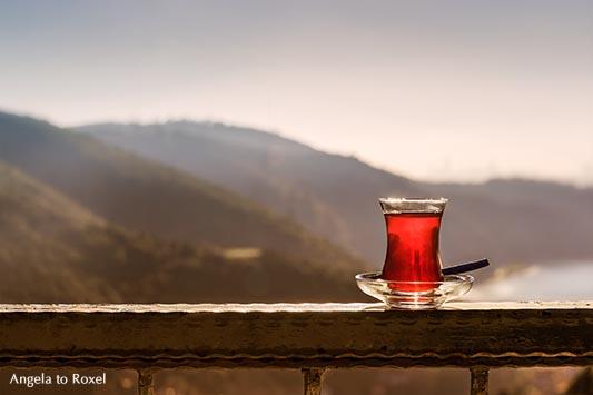 Fotografien kaufen: Çay in Istanbul - Ein Glas türkischer Tee auf dem Geländer einer Terrasse, Anadolu Kavağı, Provinz Istanbul, Türkei Dezember 2014