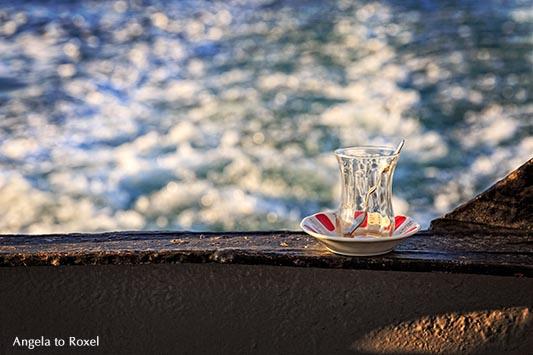 Leeres türkisches Teeglas auf der Reling eines Dampfers, Bosporus - Istanbul 2014