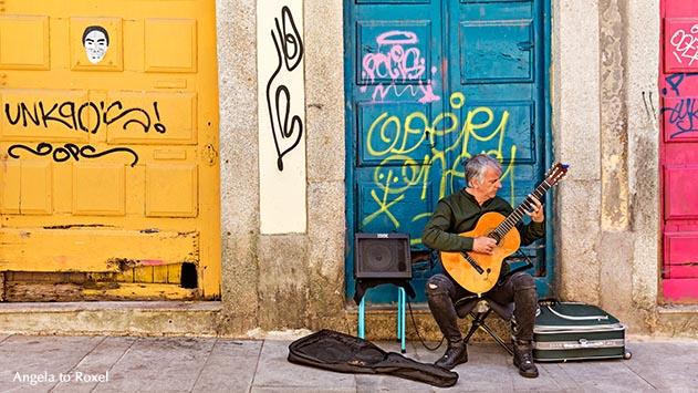 Fotografie: O guitarrista, Gitarrist in der Altstadt, Straßenmusiker, Graffiti an bunten Fassaden, Rua das Flores, Porto, Portugal | Angela to Roxel