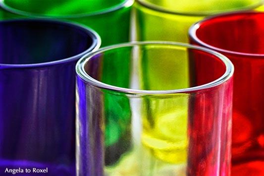 Verschiedenfarbige Gläser im Kreis angeordnet, blaues Glas, grünes Glas, gelbes Glas, rotes Glas, farbloses Glas - November 2011