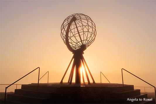 Globus auf der Nordkapplattform, Nordkapplatået, Mitternachtssonne, Nordkapp, Magerøya, Finnmark, Norwegen