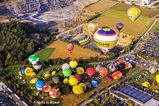 Fotografien kaufen: Blick aus einem Heißluftballon auf das Startfeld, Startvorbereitungen bei der 26. Montgolfiade, Warstein 2016 | Angela to Roxel