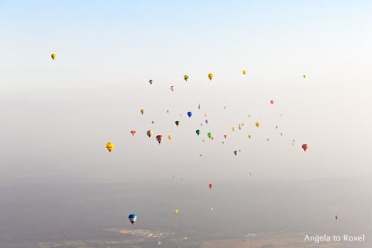 Fotografie: up and up - Heißluftballone nach dem Massenstart während der 26. Warsteiner Internationalen Montgolfiade, Abendstimmung - Warstein 09.09.