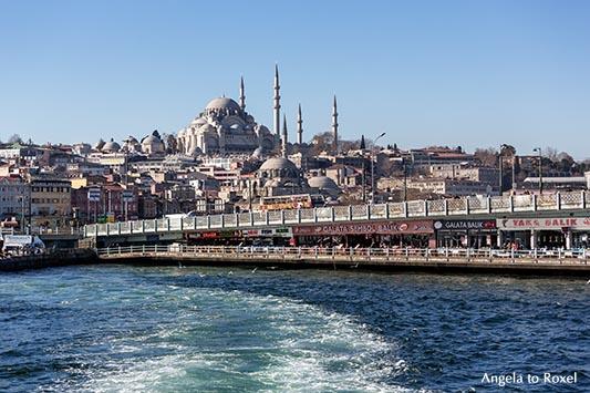 Die zweigeschossige Galatabrücke über das Goldene Horn, dahinter Neue Moschee und Süleymaniye Moschee, im europäischen Teil der Stadt, Istanbul, Türkei
