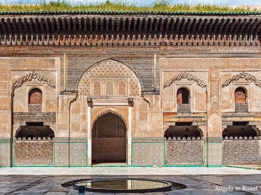 Innenhof der Koranschule Medersa Bou Inania mit Waschbrunnen, Wände mit Zedernholzschnitzereien, Stuckornamenten und Kachelmosaiken, Fès, Marokko