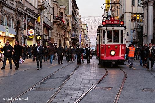 Eine nostalgische Straßenbahn fährt auf der  İstiklal Caddesi, Straße der Unabhängigkeit, Abendstimmung, Winter in Istanbul - Dezember 2014