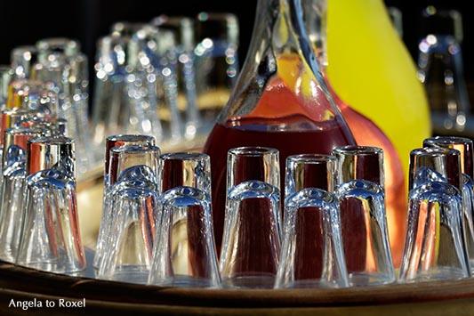 Saft, Karaffe und Gläser auf einem Tablett, drei verschiedene frisch gepresste Säfte, Istanbul, Türkei | Angela to Roxel