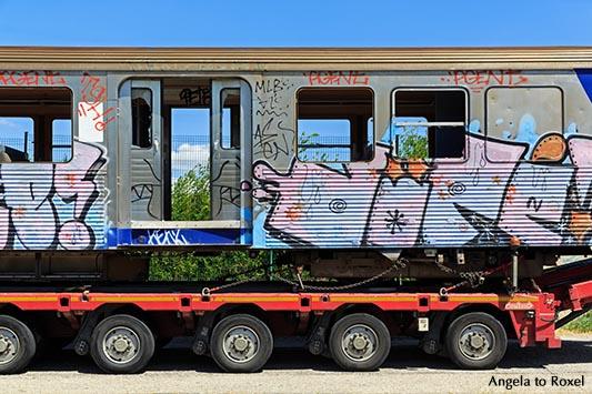 Fotografie: On the road - mit Grafitti versehener Zugwaggon als Schwertransport auf der Straße - Südrankreich 2016