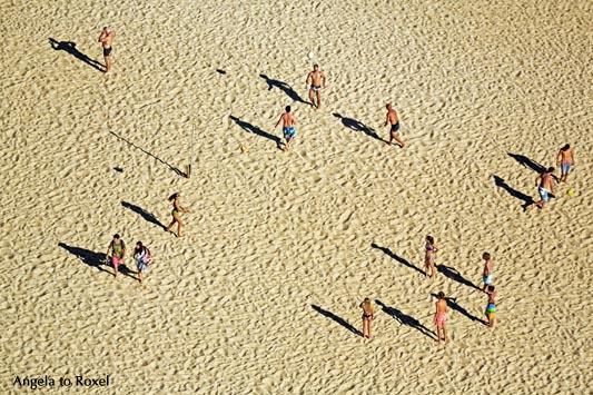 Beachvolleyball am Strand von Nazaré, verschiedene Gruppen spielen Volleyball, Ansicht von oben, Seitenlicht und lange Schatten, Nazaré, Portugal 2016