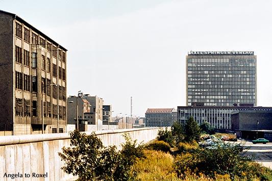 Architektur Bilder kaufen: Blick auf die Berliner Mauer, den Axel-Springer-Verlag und den Ostteil der Stadt vor dem Mauerfall, analog - Berlin 1979