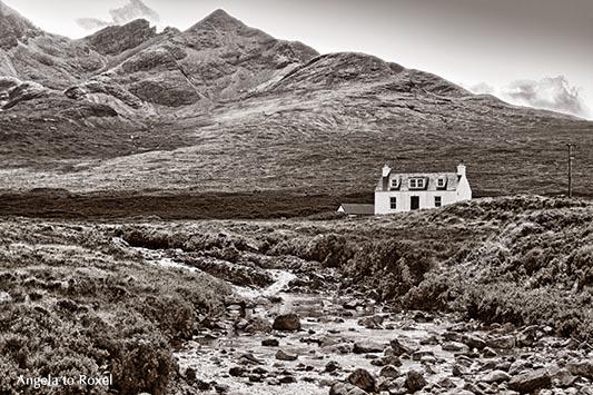 Weißes Cottage im Tal, in den Highlands, Isle of Skye, vorne der River Brittle, hinten die Cullins, monochrom, Nähe Sligachan - Schottland 2009